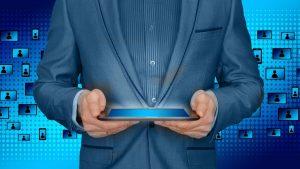 גבר משתמש בטאבלט - שירות אונליין למבוטח