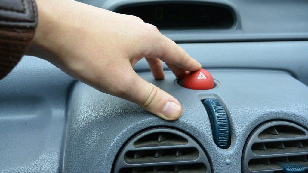 דשבורד של מכונית - תזכורת עבור ביטוח חובה לרכב