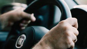 ידיים אוחזות בהגה – ביטוח נהג צעיר