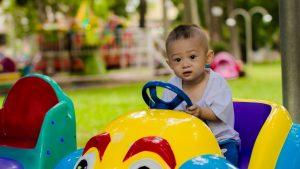 ילד במכונית צעצוע - למה ביטוח לנהג צעיר עולה יותר