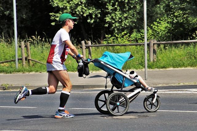 אבא רץ עם עגלה - ביטוח למאמני ספורט וכושר