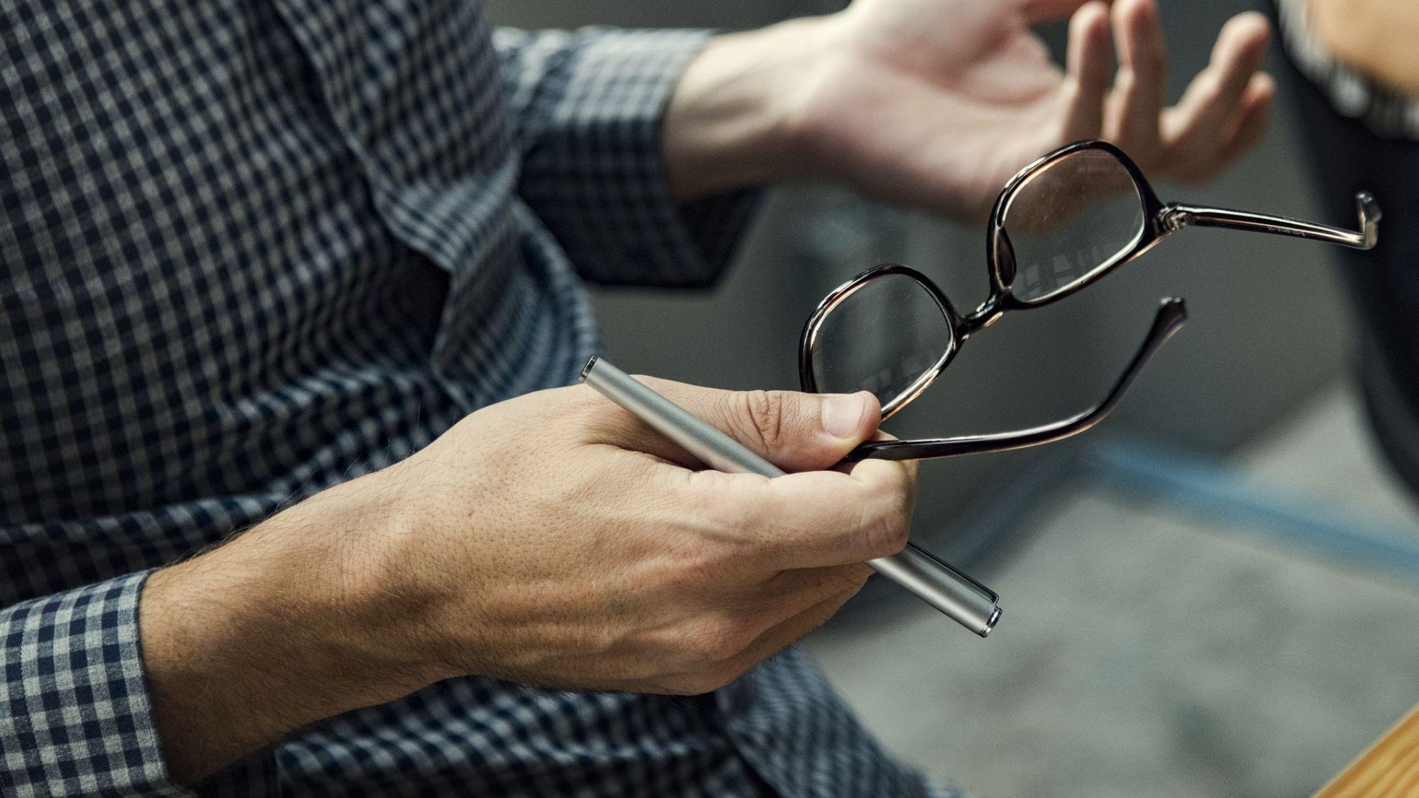 יד מנהל עם משקפיים – ממשק מעסיקים לסליקת פנסיה
