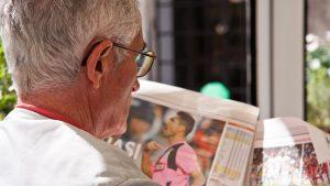 פנסיונר קורא עיתון – קופות גמל להשקעה