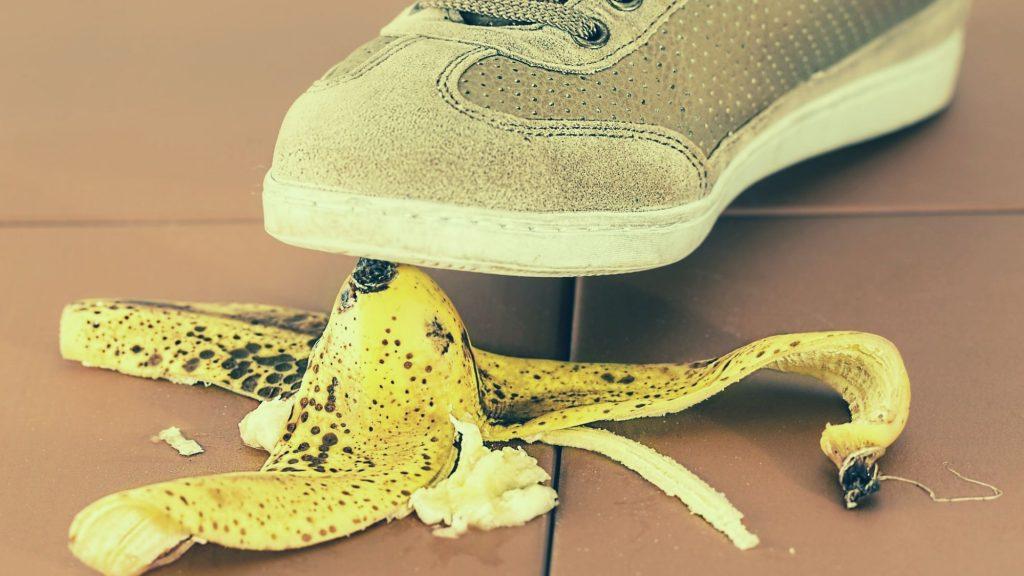 החלקה על קליפת בננה – ביטוח תאונות אישיות