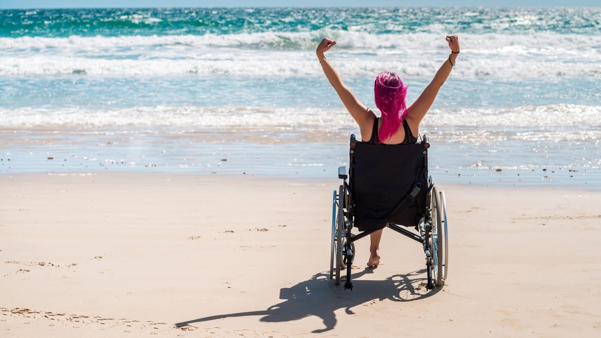 אשה בכסא גלגלים על החוף - ביטוח אובדן כושר עבודה