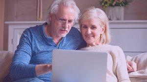 זוג מבוגר מול מחשב - תכנון פרישה