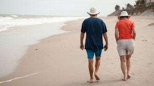 זוג צועד על החוף – תכנון פרישה