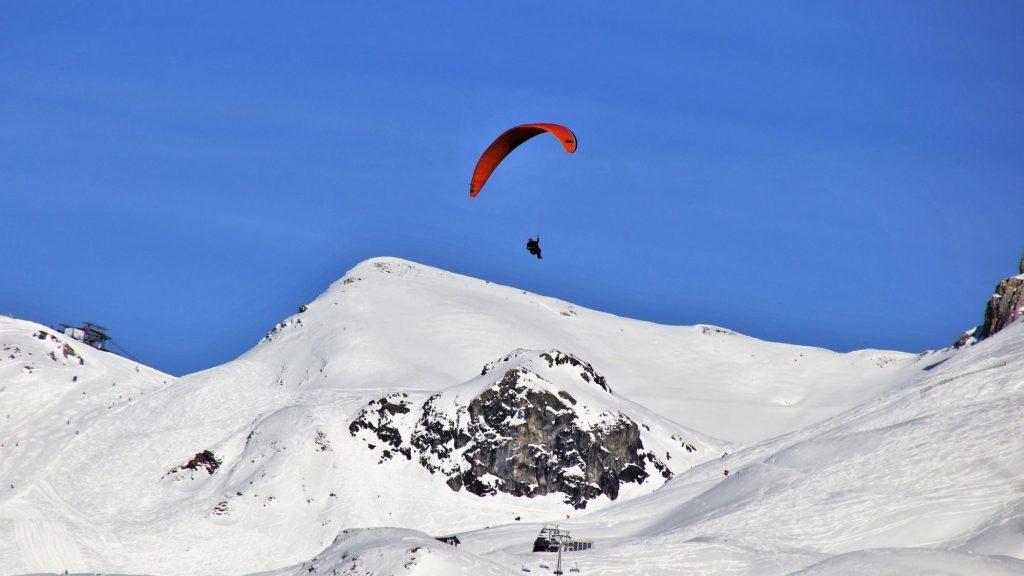 רחפן מעל הר מושלג – ספורט חורף, ספורט אתגרי