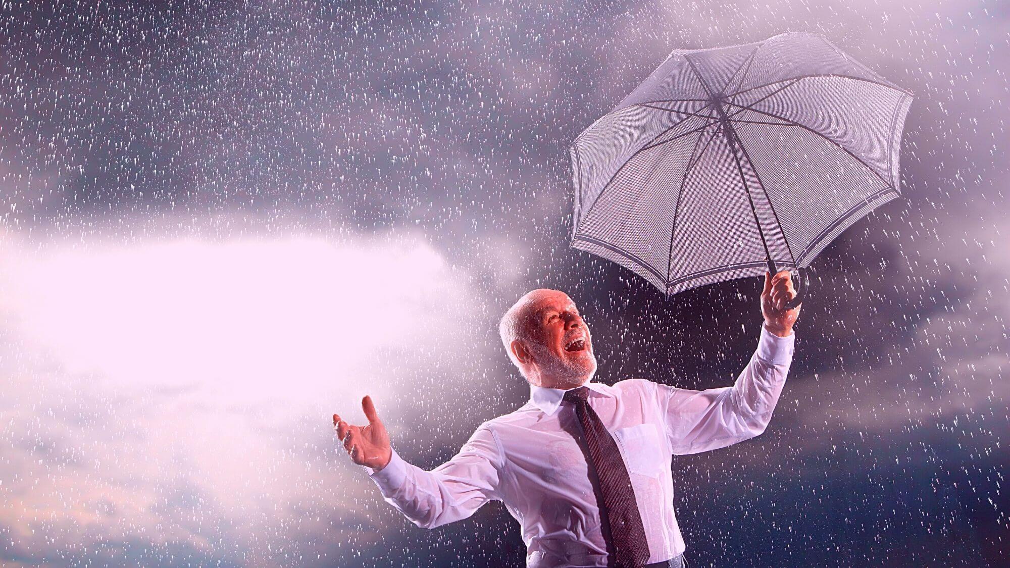 אדם עם מטרייה - ביטוח נזקי סערה