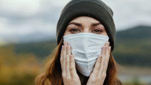 """אשה עם מסכה - ביטוח נסיעות לחו""""ל בעידן קורונה"""